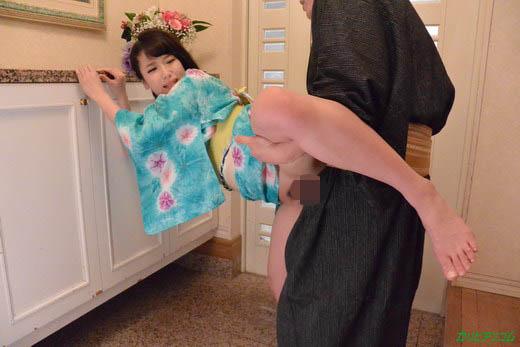玄関で浴衣エッチ ~巨乳が揺れる~ 成宮はるあ