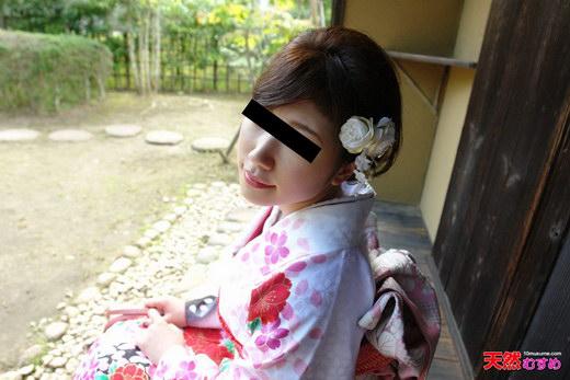 着物の裾からタテすじマンコが丸見え 井川あすか