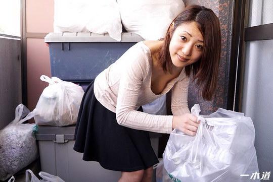 朝ゴミ出しする近所の遊び好きノーブラ奥さん 末吉りり