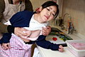 美人料理講師をキッチンでつまみ食い 水野優奈