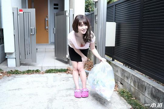 朝ゴミ出しする近所の遊び好きノーブラ奥さん 岡村香澄